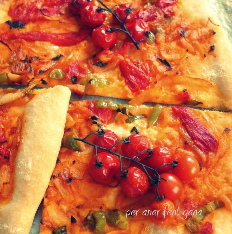 Cómo preparar coca de sofrito con tomatitos enteros de Menorca