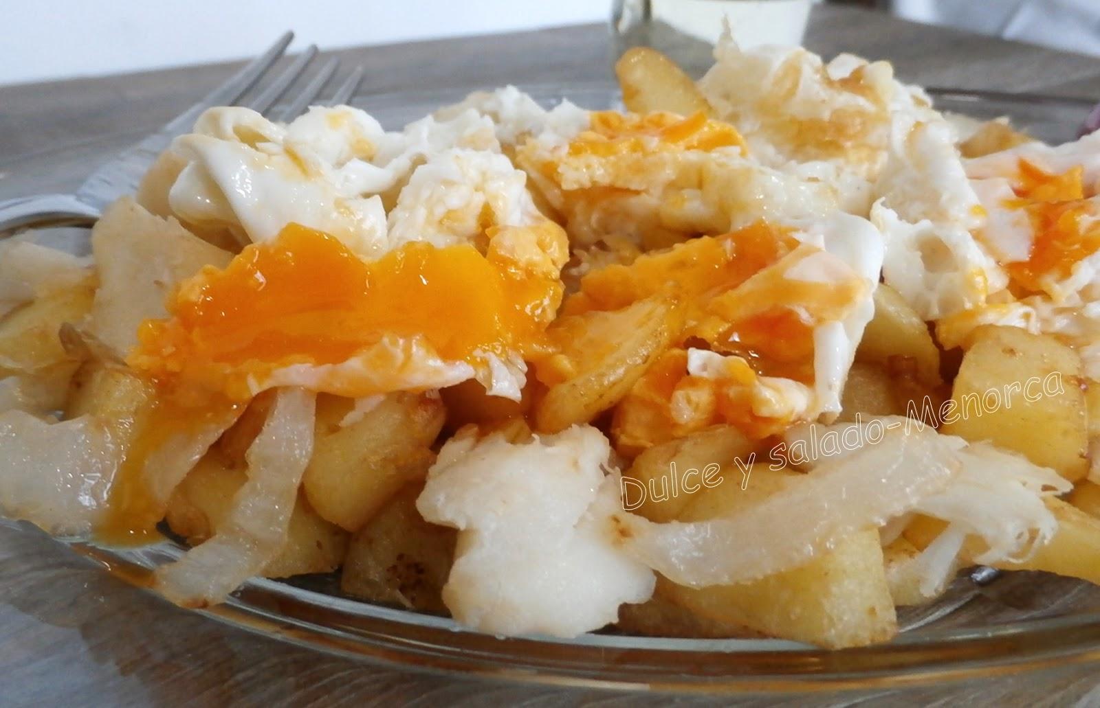 Cómo preparar patatas con bacalao y huevos fritos