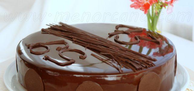 Cómo preparar tarta mousse de tres chocolates con glaseado brillante