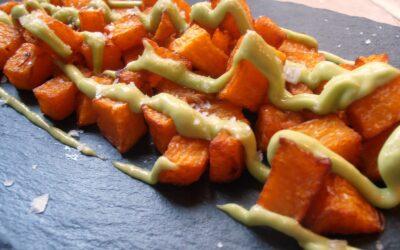 Cómo preparar bravas de calabaza con salsa de aguacate y wasabi